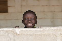 Pequeño muchacho adorable africano que sonríe con el fondo del espacio de la copia imágenes de archivo libres de regalías