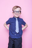 Pequeño muchacho adorable en lazo y vidrios Escuela pre-entrenamiento Moda Retrato del estudio sobre fondo rosado fotografía de archivo