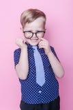 Pequeño muchacho adorable en lazo y vidrios Escuela pre-entrenamiento Moda Retrato del estudio sobre fondo rosado fotos de archivo libres de regalías