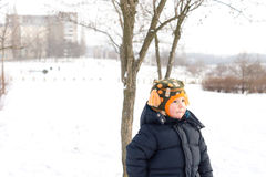 Pequeño muchacho al aire libre en nieve del invierno Fotografía de archivo libre de regalías