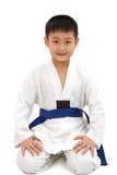 Pequeño muchacho asiático del karate en el kimono blanco Fotos de archivo libres de regalías