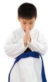 Pequeño muchacho asiático del karate en el kimono blanco Fotografía de archivo