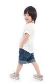 Pequeño muchacho asiático feliz en el fondo blanco foto de archivo
