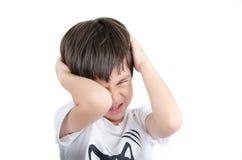 Pequeño muchacho asiático que tiene aislante del dolor de cabeza en el fondo blanco Imágenes de archivo libres de regalías