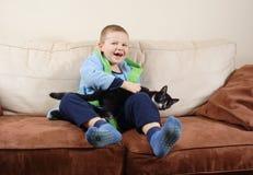 Pequeño muchacho con el gato Imágenes de archivo libres de regalías