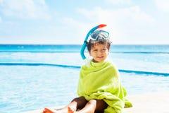 Pequeño muchacho con la toalla en máscara él y del tubo respirador Fotos de archivo libres de regalías