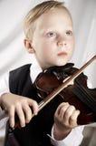 Pequeño muchacho con un violín Fotos de archivo libres de regalías