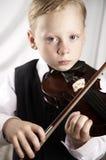Pequeño muchacho con un violín Foto de archivo