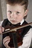 Pequeño muchacho con un violín Imagen de archivo libre de regalías