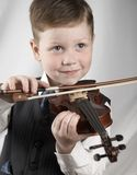 Pequeño muchacho con un violín Fotografía de archivo libre de regalías