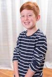 Pequeño muchacho de Portriat que sonríe en cámara Imágenes de archivo libres de regalías