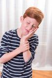 Pequeño muchacho de Portriat que tiene dolor del diente Imágenes de archivo libres de regalías