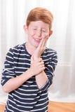 Pequeño muchacho de Portriat que tiene dolor del diente Fotografía de archivo