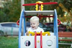Pequeño muchacho de tres años que juega en el patio Fotografía de archivo libre de regalías