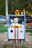 Pequeño muchacho de tres años que juega en el patio Imágenes de archivo libres de regalías