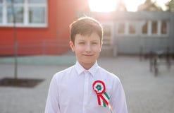 Pequeño muchacho del patriota con la escarapela húngara, el 15 de marzo Fotos de archivo