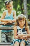 Pequeño muchacho dulce y muchacha feliz que se divierten imagen de archivo