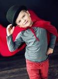 Pequeño muchacho elegante del mago que toca su sombrero Imagen de archivo libre de regalías