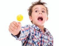 Pequeño muchacho emocionado de griterío Imagen de archivo