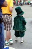 Pequeño muchacho en desfile del día del St Patrick Imagen de archivo