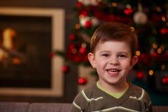 Pequeño muchacho en la Navidad Imágenes de archivo libres de regalías