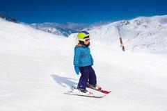 Pequeño muchacho en máscara de esquí y el esquí del casco Fotografía de archivo libre de regalías