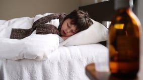 Pequeño muchacho enfermo que habla en su sueño almacen de video