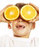 Pequeño muchacho lindo con el doble anaranjado de la fruta aislado en la sonrisa blanca sin el niño adorable de los dientes delan Imágenes de archivo libres de regalías