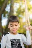 Pequeño muchacho lindo del retrato al aire libre el parque Fotografía de archivo