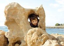 Pequeño muchacho lindo en costa de mar Imágenes de archivo libres de regalías