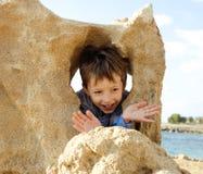 Pequeño muchacho lindo en costa de mar Imagen de archivo