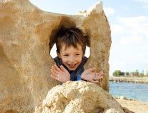 Pequeño muchacho lindo en costa de mar Foto de archivo libre de regalías
