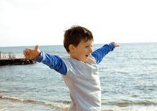 Pequeño muchacho lindo en costa de mar Fotos de archivo