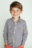 Pequeño muchacho lindo en el gesto blanco del fondo Foto de archivo libre de regalías