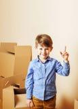 Pequeño muchacho lindo en el sitio vacío, remoove a la nueva casa solos caseros, Foto de archivo libre de regalías