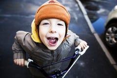 Pequeño muchacho lindo en la sonrisa de la hamaca Foto de archivo