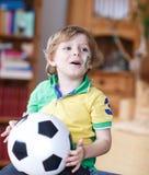 Pequeño muchacho preescolar rubio de 4 años con el fútbol que mira el socc Imagen de archivo libre de regalías
