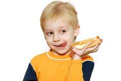 Pequeño muchacho que come el emparedado sano Fotos de archivo libres de regalías