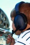 Pequeño muchacho que juega al piloto en aviones privados Fotografía de archivo