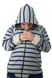Pequeño muchacho que ruega antes del emparejamiento aislado en blanco Foto de archivo