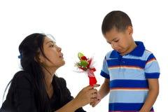 Pequeño muchacho que se disculpa a su madre Fotos de archivo libres de regalías