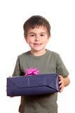 Pequeño muchacho sonriente que sostiene el actual rectángulo imagen de archivo