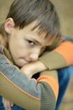 Pequeño muchacho triste Imagen de archivo