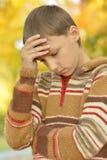 Pequeño muchacho triste en parque Imagenes de archivo