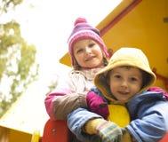 Pequeño muchacho y muchacha lindos que juegan afuera, amistad adorable Foto de archivo
