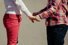 Pequeño muchacho y muchacha que llevan a cabo las manos Imagen de archivo libre de regalías