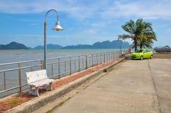 Pequeño muelle reservado en la orilla de la bahía de Phang Nga Foto de archivo libre de regalías