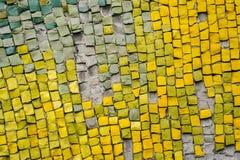 Pequeño multicolor del mosaico en las paredes foto de archivo
