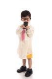 Pequeño niño asiático que finge ser hombre de negocios Foto de archivo libre de regalías