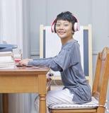 Pequeño niño asiático que sonríe en la cámara durante aprendizaje electrónico Imagen de archivo libre de regalías